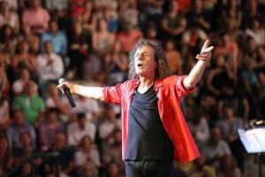 O Βασίλης Παπακωνσταντίνου τραγουδά Μίκη Θεοδωράκη στο Ηρώδειο!